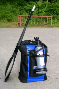 Kajak w plecaku z pompką i wiosłem składanym 2-częściowym.