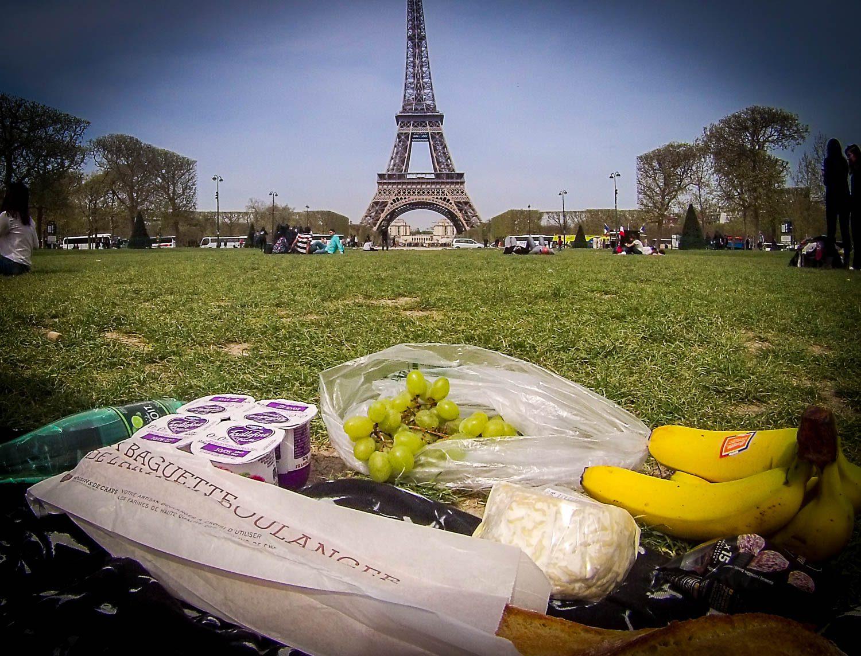 """Drugie śniadanie na Polach Marsowych to jedno z paryskich """"Must do"""". To był chyba najlepszy ser jaki w życiu jadłem i będę bardzo za nim tęsknił."""