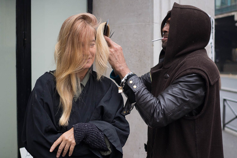 """W Paryżu jest zaskakująco duże przyzwolenie na """"życie na ulicy"""". W centrum miasta, czasem przy głównych ulicach, widać namioty bezdomnych. Czasem są to bardzo zaskakujący ludzie tak jak choćy ten bezdomny fryzjer (zgodnie z opisem na kartce - prosto z Hollywood), który niezwykle sprawnie, na ulicy wykonywał swoje zajęcie."""