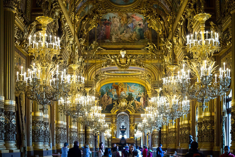 Z Paryżem jest tak, że cokolwiek przeczytasz czy obejrzysz, jakkolwiek nie poznasz tych wszystkich miejsc przed ich odwiedzeniem - nic nie jest w stanie przygotować się na wielkość, piękno, rozmach czy przepych niektórych miejsc. To wszystko przekuwa się na silne emocje. Nie warto jechać tam z oczekiwaniami natomiast koniecznie trzeba jechać z otwartą głową. (na zdjęciu - Opera Garnier, Foyer)