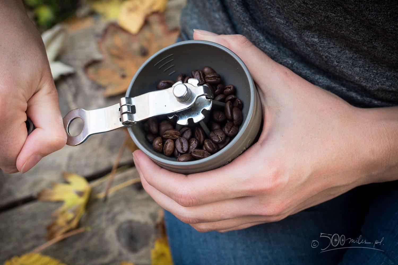 Młynek Cafflano Klassic jest bardzo przemyślany. Składana rączka regulacja grubości przemiału i miarka ułatwiająca odmierzanie kawy bez wagi.