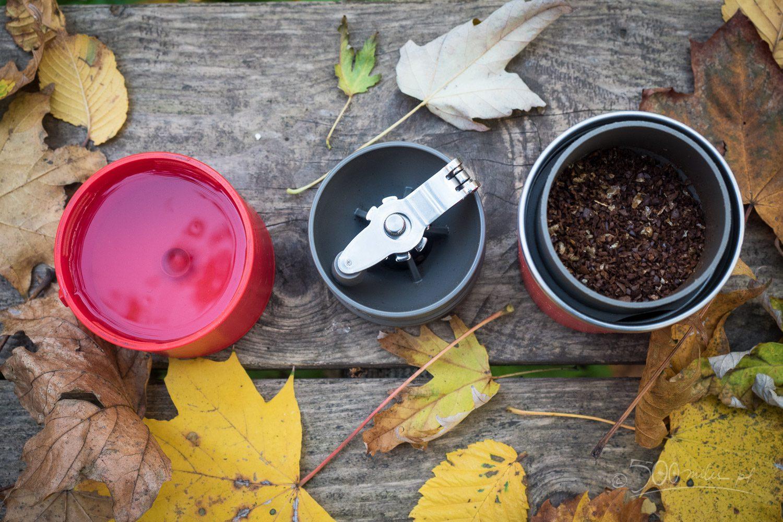 W trakcie przygotowywania kawy. Od lewej: czajniczek/pokrywka z gorącą, młynek zdjęty z drippera, dripper z kawą czekający na pierwszą porcję wody. Bawiliśmy się regulacją żaren stąd tak gruby przemiał.