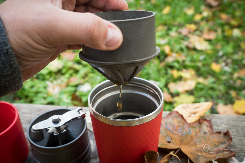 Metalowy filtr w dripperze Cafflano Klassic sprawdza się bardzo dobrze a dodatkowo ogranicza ilość śmieci.