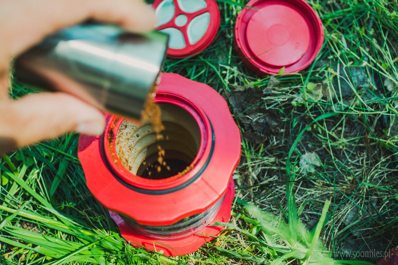 Cafflano Kompact - wsypujemy kawę